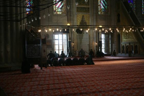 블루모스크 안에서 기도를 올리는 남자들