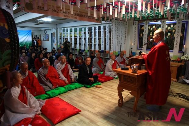 열린선원 법현 스님이 감사인사를 하고 있다.