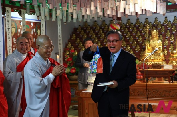 인명진 전 갈릴리교회 담임목사가 축하인사를 하고 있다.