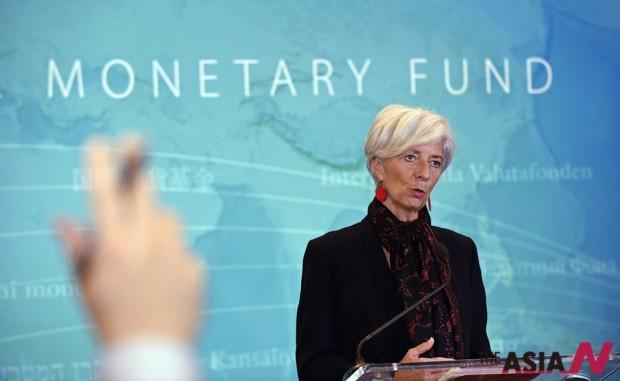 크리스틴 라가르드 국제통화기금(IMF) 총재가 30일(현지시간) 미국 워싱턴에서 중국 위안화의 특별인출권(SDR) 구성통화 편입을 결정에 관한 기자회견을 갖고 있다.