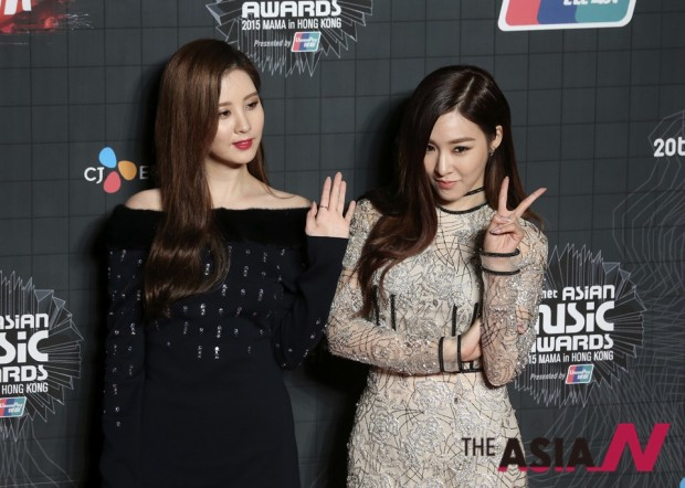South Korean singer Seohyun, left, and Tiffany pose for the photographers on the red carpet of the 2015 Mnet Asian Music Awards (MAMA) in Hong Kong, Wednesday, Dec. 2, 2015. (AP Photo/Kin Cheung)