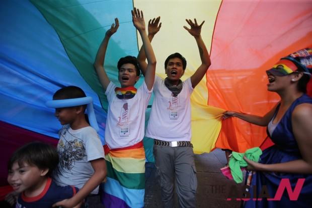 필리핀 마닐라에서 LGBT 인권운동가들이 무지개 깃발을 들고 시위행진을 벌이고 있다.