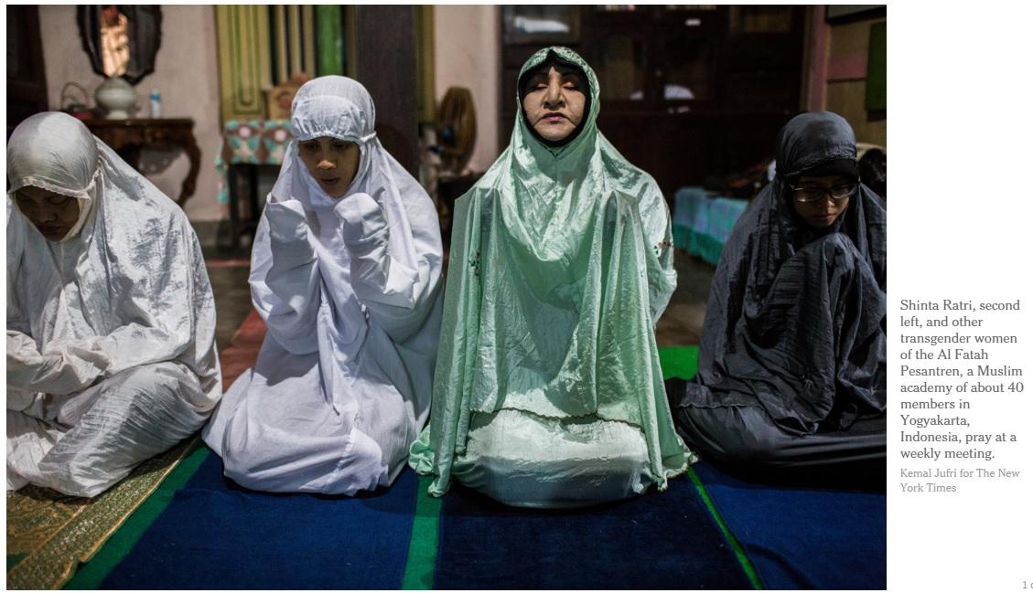 인도네시아 트렌스젠더 무슬림 여성을 위한 '알파타학교' 예배 모습. 왼쪽에서 두번째가 설립자 신타 라트리씨다.