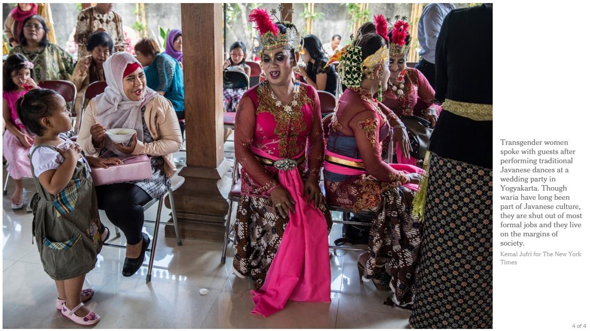 인도네시아 요그야카르타주에서 열린 한 결혼식에서 트랜스젠더 무슬림 댄서들이 공연을 마친 뒤 하객들과 이야기를 나누고 있다.
