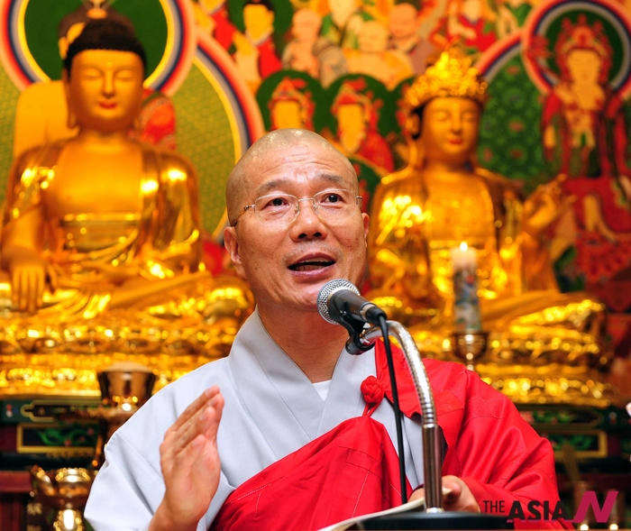 지난 2011년 서울 마포구 마포동 불교방송 대법당에서 대한불교태고종 열린선원 원장 법현스님이 특강을 하고 있다.