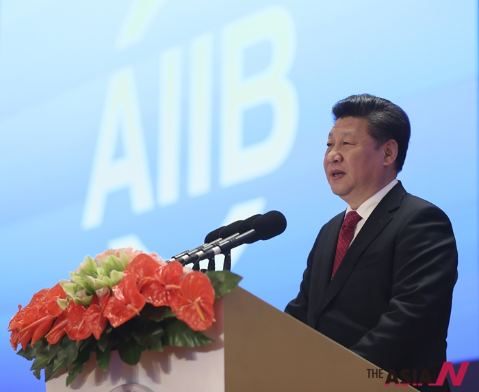 시진핑 중국 국가주석(오른쪽)이 1월16일 베이징에서 열린 중국 주도의 국제금융기구인 아시아인프라투자은행(AIIB)개소식 행사에 참석해 연설하고 있다.