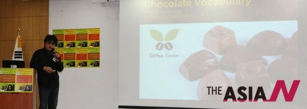 커피, 와인, 위스키, 초콜릿, 차 등의 향미를 표현하는 단어들을 비교 분석하고 있는 박영순 협회장