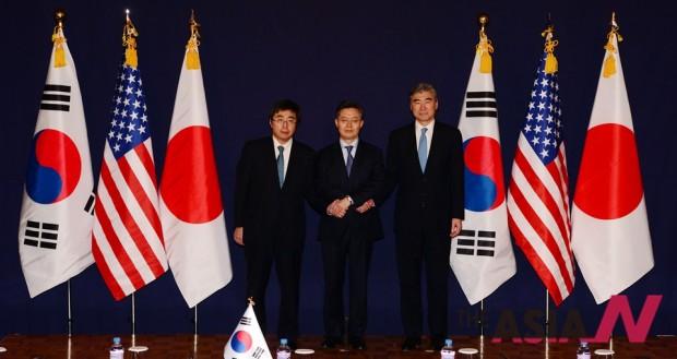 한미일 6자회담 수석대표가 4차 핵실험을 감행한 북한에 대한 강력하고 실효적인 제재 방안 논의를 위해 13일 오후 서울 소공동 롯데호텔에서 만나 악수한 뒤 자리로 향하고 있다.