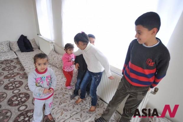 하키와 자나의 가족들. 한국에서 후원 해주신 물품을 받고 들뜬 분위기의 응접실 풍경