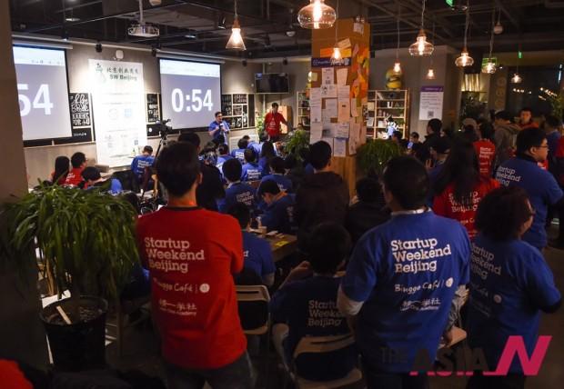 베이징 중관촌에서 열린 스타트업 특강에서 창업을 꿈꾸는 청년들이 경청하고 있다.
