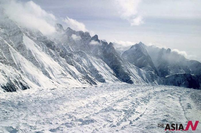 인도-파키스탄 국경에 자리한 히말라야 산맥의 시아첸 빙하 모습.