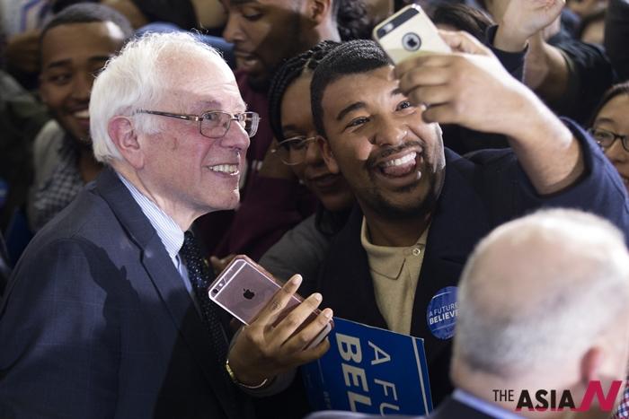버니 샌더스 미국 민주당 대선 경선후보가 16일(현지시간) 조지아주 애틀란타에서 지지자와 휴대전화 사진을 찍고 있다.