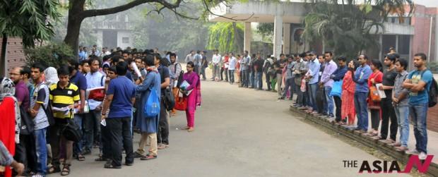 방글라데시 수도 다카의 한 공립도서관 앞에 학생들이 줄서 있다. 이들 대부분은 취업준비생으로 매일 아침 자리를 맡기 위해 긴 줄을 서야 한다.