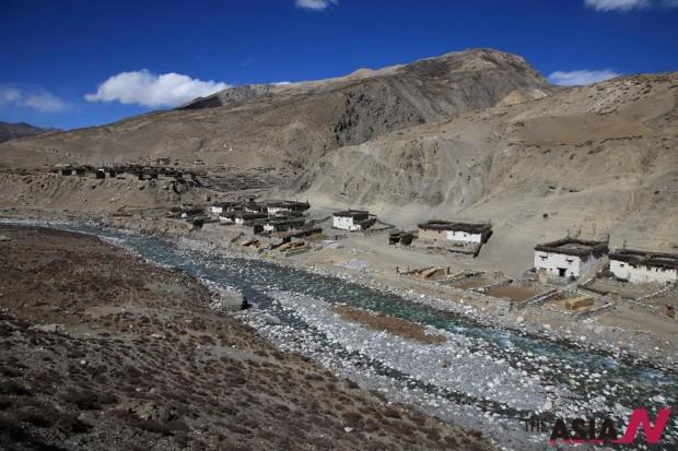 돌포에 가기 위해 카그베니 마을에서 상달라(5,120m)를 넘어 첫 번째 마을인 차르카보트 마을(4,110m) 풍경. 온 마을 주민들이 보리타작을 하고 있어 더욱 정겨웠다.
