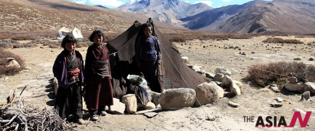 차르카보트 마을을 지나 몰라방장 고개(5,027m)를 지나서 양 치는 가족을 만났다. 전형적인 티벳 유목민 텐트 안에서 야크 똥으로 불을 지펴 밥을 짓고 있다. 소녀들이 아버지가 기침병에 걸렸다며 약을 달라고 해 눈시울을 적시던 기억이 난다.