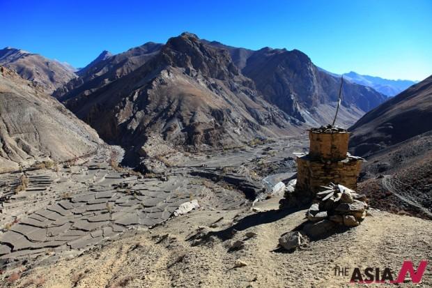 돌포 지역의 살당 마을(3,770m)로 가는 시멘패스(4,260m)에서 촬영한 시멘가온 마을 전경.