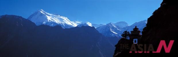 돌포 무구트 마을로 가다 촬영한 다올로기리Ⅱ 산(7,751m). 절벽에 있는 초르덴을 지나야 한다.