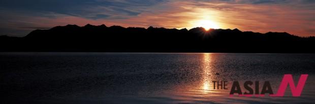 네팔 서부지역에 있는 라라 호수의 일출 광경. 네팔에서 만난 호수 중 가장 넓은 곳이다.