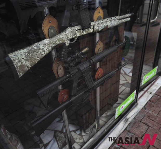 시장길에서 볼 수 있는 무기상점의 소총들