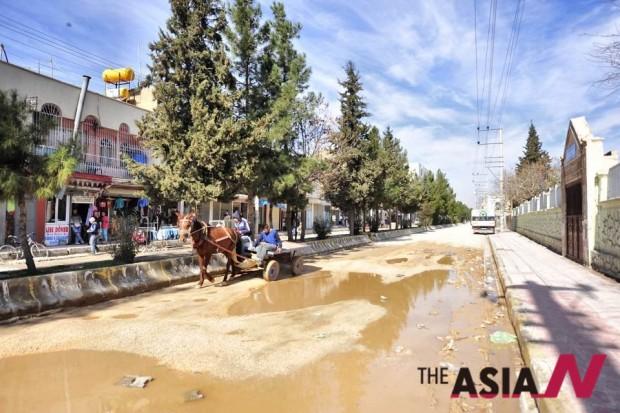 누사빈은 약 3000년전에 부터 현재까지 쿠르드족이 거주하는 도시로, 시리아와 국경을 맞대고 있다. 인구는 10만 정도로 추산되며 낙후된 도시의 면면은 여타 터키인 거주 도시와 구분된다.