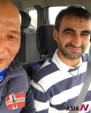 자신의 차를 태워준 젊은 쿠르드인. 그는 아스팔트 도로 기술자인데 출장명령을 받고 실로피로 가는데 기자와 마찬가지로 검문소 통과가 불허 되었다고한다.