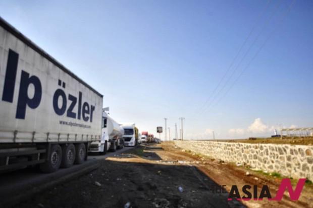 약 20여킬로 늘어선 시리아 쿠르드로 향하는 트럭 행렬. 지즈레에서 전투가 일어나 막히고 있다.