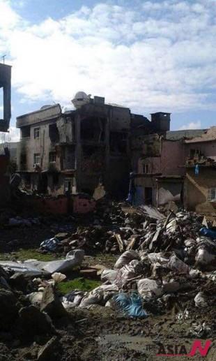 현지 활동가가 보내준 자신의 부서진 집