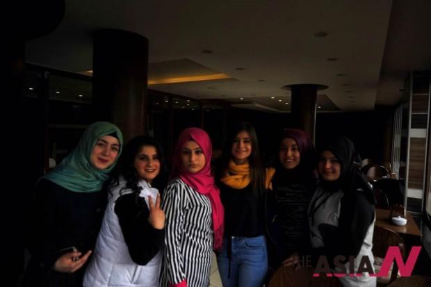 카페에서 만난 아랍계 소녀들
