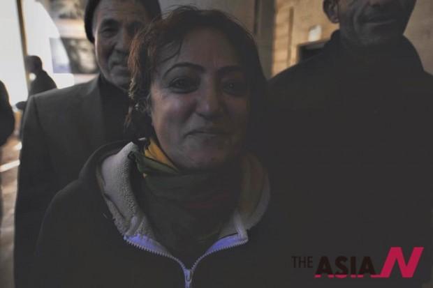사라카야 시장의 참모가 쿠르드족 스커프를 두른 모습
