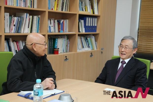 박상설 아시아엔 자연과 삶 전문기자(왼쪽)와 이장무 카이스트 이사장