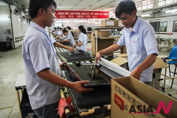 호치민의 한 공장에서 일하고 있는 베트남 노동자들