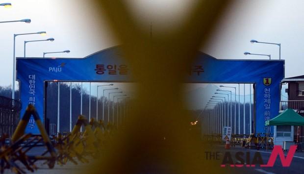 북한의 광명성 4호(장거리 로켓) 발사로 우리 정부가 개성공단 조업을 전면 중단한다고 밝힌 10일 오후 경기도 파주시 통일대교 위 텅빈 도로에 긴장감이 흐르고 있다.