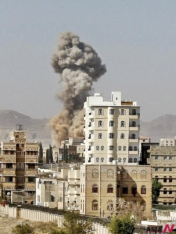 지난 1월19일(현지시간) 사우디 주도 연합군이 예멘 수도 사나에 위치한 군기지를 공습한 후 연기가 피어오르는 모습.