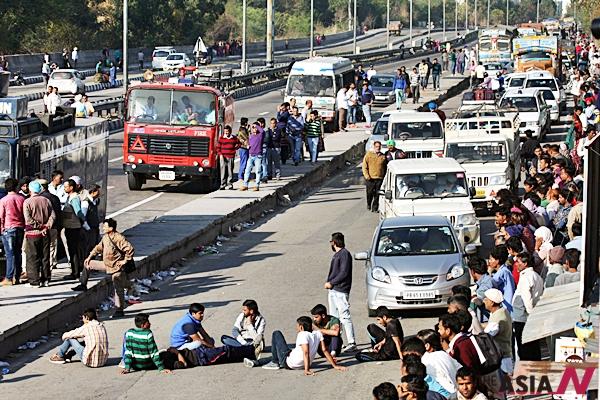 인도 하리아나주 판츠쿨라에서 21일 중류 카스트 자트 주민들이 정부의 역차별에 항의하며 도로 점거 시위를 벌이고 있다.