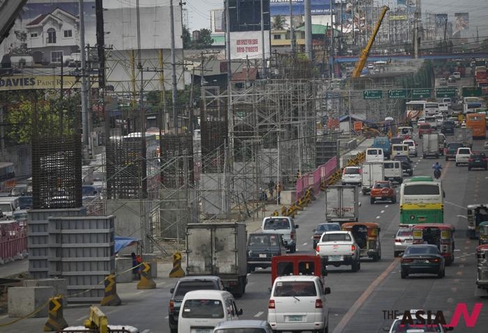 필리핀 수도 마닐라에서 정부 주도의 인프라 건설 사업이 한창이다. 해외기업 투자자들은 오는 5월 필리핀 대선에서 승리한 차기 대통령신(新) 경제 성장 정책에 기대를 걸고 있다.