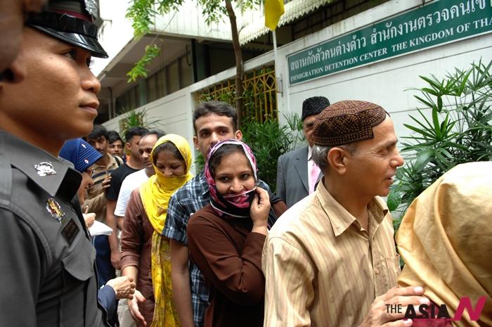지난 2011년 태국 방콕에 위치한 불법이주민 수용소에서 파키스탄 출신 난민들이 보석금을 내고 석방되고 있는 모습