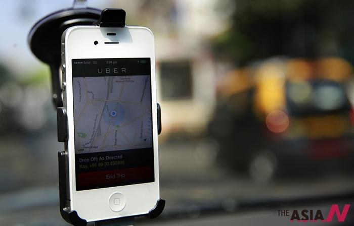 """택시공유서비스 '우버'(Uber)를 스마트폰에 설치한 모습. 최근 인도네시아 교통부는 '우버' 등이 허가 받지 않은 차량을 동원했다며 """"교통법을 위반했으니 운영 금지를 검토하겠다""""고 밝혀와 주목받고 있습니다."""