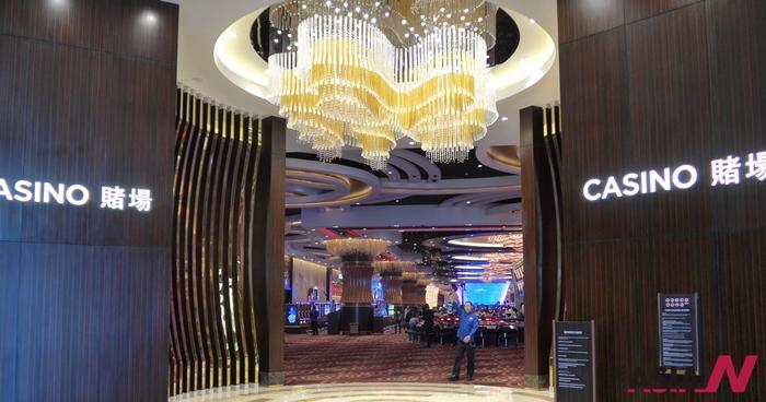 작년 초 필리핀 마닐라 부근에서 개장한 '시티오브드림스마닐라' 호텔의 화려한 카지노 영엄장 입구 모습. 필리핀 정부는 카지노 및 호텔산업을 세계 최대 규모로 육성하겠다는 계획을 가지고 있다.