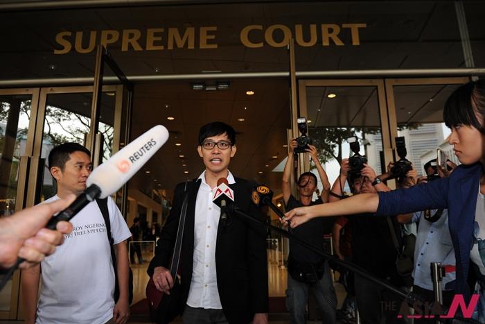 2015년 7월, 싱가포르 국민연금제도를 비판하는 글을 올려 정부로부터 명예훼손 고소를 당한 블로거 로이 응어잉씨가 대법원을 나서며 취재진으로부터 질문을 받고 있다. 최근 그는 1억3천만원 벌금형을 확정받았다.