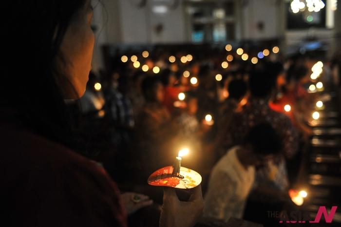작년 12월24일, 크리스마스 이브를 맞이해 인도네시아 기독교인들이 교회에 모여 예배를 드리고 있다. 무슬림이 대부분인 현지에선 최근 신(新) 종교들이 생겨나고 있는데, 이들에 대한 정부의 박해가 심해 논란이 되고 있다.