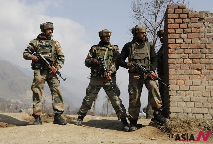 지난 22일 인도 카슈미르 지역에서 무장한 군인들이 주위를 둘러보고 있다. 최근 인도 국경경비대(BSF)는 서쪽에서 파키스탄으로 이어진 테러 용도로 추측되는 땅굴을 발견했다.