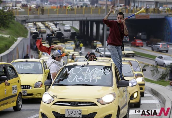"""14일 콜롬비아에서 택시 기사들이 """"우버는 불법이므로 운영을 중단해야 한다""""며 시위를 벌이고 있는 모습"""