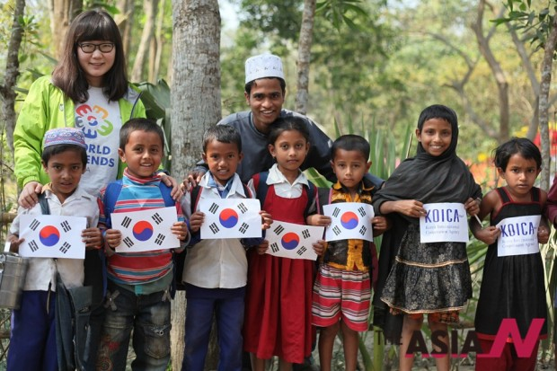 Korea International Cooperation Agency(KOICA) got to work to increase rural household incomes in Bangladesh with Bangladesh Academy for Rural Development(BARD) in 2010. The photo shows that Bangladesh children were greeting KOICA members.