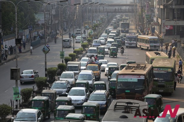 The photo of congested Dhaka street, a capital city of Bangladesh. Local government devotes its total energy to attract foreign investment for infrastructure construction like electricity, road and etc.