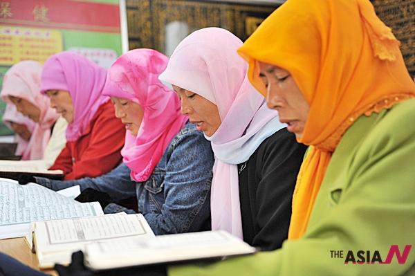 25일 중국 닝샤후이(寧夏回)족 자치구 우중시에서 무슬림 여성들이 코란을 읽고 있다.