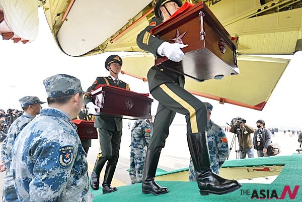 31일 오전 인천 중구 운서동 인천국제공항에서 열린 중국군 유해인도식에서 중국군이 유해 봉안함을 군비행기로 옮기고 있다. 국방부는 이날 6.25 전쟁 중국군 전사자 36구의유해를 중국에 인도했다.