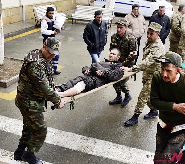 나고르노-카라바흐와 접경지인 아제르바이잔 테르테르에서 3일(현지시간) 군인들이 아르메니아군과의 전투로 부상을 입은 사람을 병원으로 옮기고 있다.