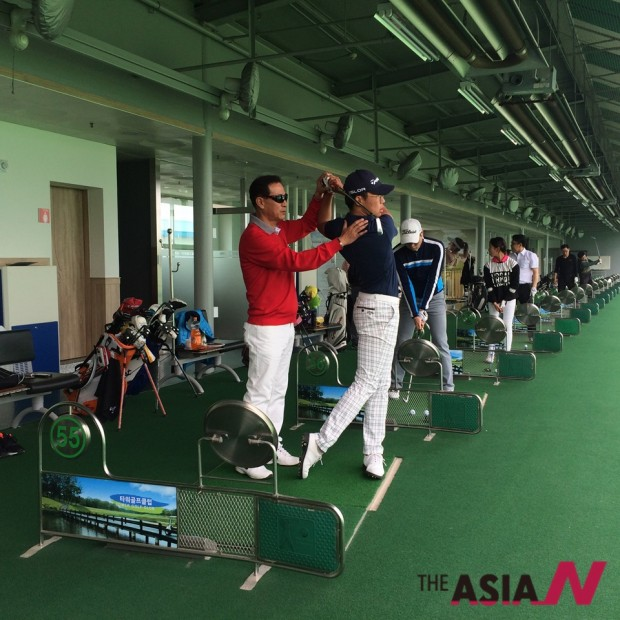 경기도 고양시 일산동구 JS 아카데미에서 수강생들에 골프를 지도하고 있는 정해심 코치