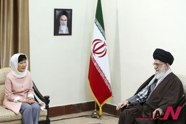 이란 수도 테헤란을 방문한 박근혜 대통령이 2일(현지시간) 이란 최고지도자 아야톨라 알리 하메네이와 면담하고 있다.