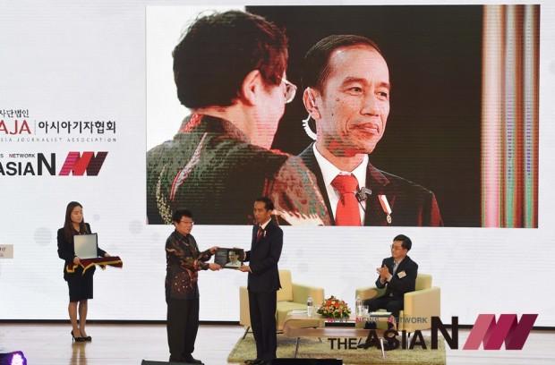 이상기 아시아기자협회 창립회장(왼쪽)이 조코위 인도네시아 대통령에게 아자어워드를 시상하고 있다.